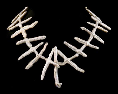Collar perla Biwa en cruz blanca