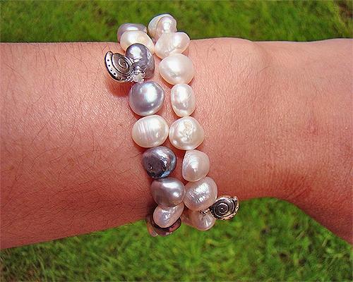 Pulseras de Perlas Grises y blancas. Y Charms