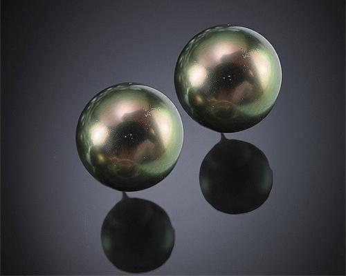 Perlas Tahití esféricas 14mm. Pendientes en oro 18 ktes