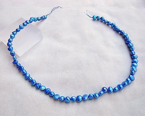 Collar de perlas patatita azul eléctrico
