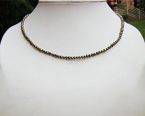 Collar de perlas semi esféricas verdes