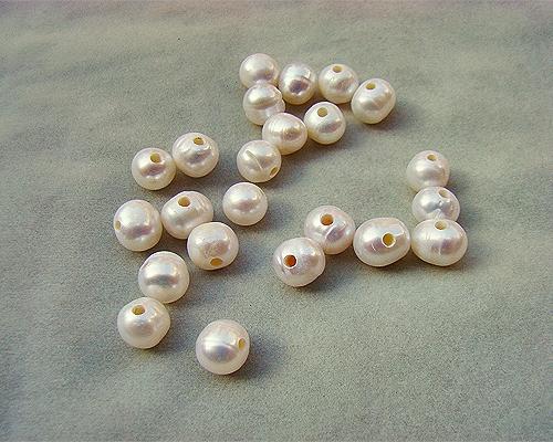 Perlas semi esféricas con taladro completo de 2mm. Blancas