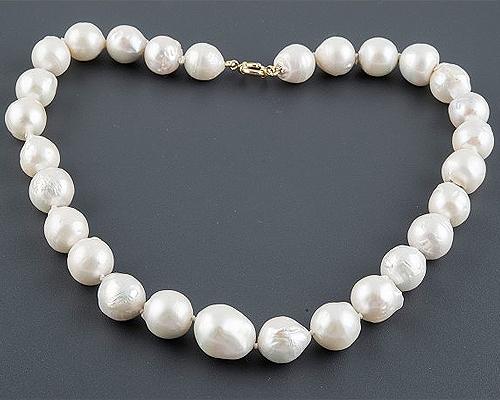 Collar de Perlas barrocas redondas blancas. Con broche de oro
