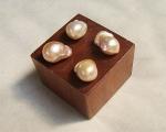 Perla barroca con perforación superior. Rosa