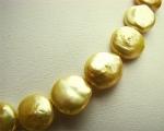 Collar de perlas doradas