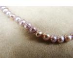 Collar de perlas semi esféricas malvas