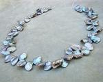 Collar de perlas Keshi zig-zag. Gris plata