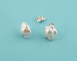 Pendientes de Perla cultivada con ligera forma de flor 14mm. y Plata.