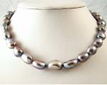Collar de perlas barrocas gris plata