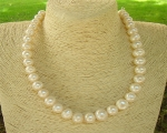 Collar de perla semi esférica en degradé blanca