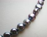 Collar de perlas patata grises