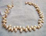 Collar de perlas ovales en zig-zag. Color crema
