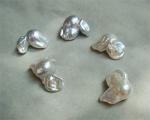 Perla barroca irregular blanca con perforación completa
