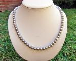 Collar de perlas esféricas grises