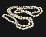 Collar extra largo enfilado con nudos entre perlas. - Barrocas multicolores