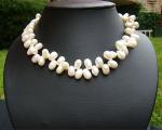 Collar de perlas ovales en zig-zag. Blancas