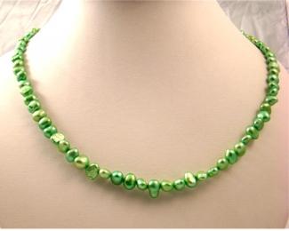 Collar de perlas patatita verde manzana