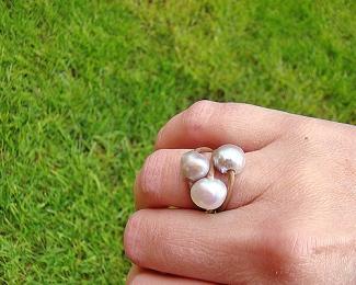 Anillo de cuero español y perlas