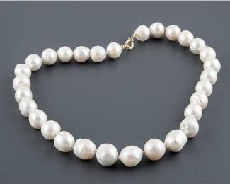 Collar de Perlas barrocas redondas blancas. Con cierre de oro