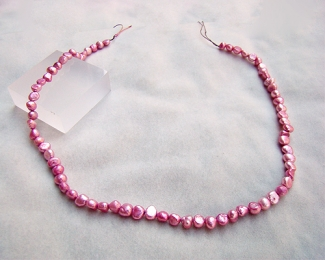 Collar de perlas patatita rosa chicle