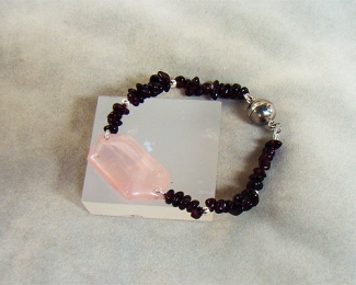 Pulsera de Cuarzo rosa español, Granate y cierre de acero imantado