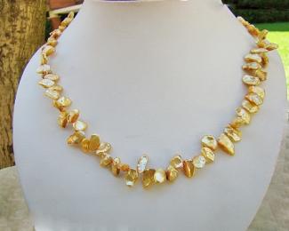 Collar de perlas Keshi zig-zag. Dorada