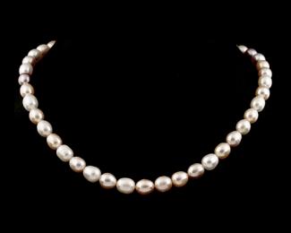 Collar de perlas ovales rosa o malva
