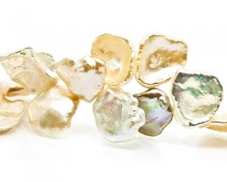 Collar de perlas Keshi zig-zag. Doradas