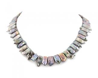 Collar de perlas rectangulares grises
