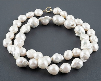 Collar de Perlas barrocas blancas. Con broche de oro