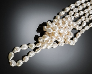 Collar extra largo. - Enfilado con nudos entre perla. - Barroca blanca