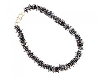 Collar de Perla Biwa con cierre de plata bañada en oro.